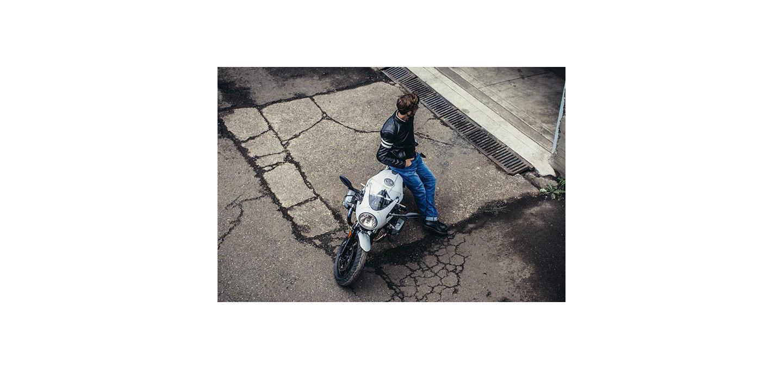 Man zit op witte motorfiets
